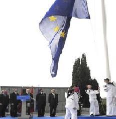 Madrid celebra el 60 aniversario de la Unión Europea regalando a la Ciudad un lugar fijo para la bandera de las doce estrellas